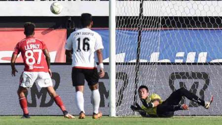 Shahar Ginanjar berhasil menepis tendangan penalti Stefano Lilipaly. - INDOSPORT