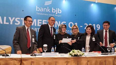 Direktur Kepatuhan dan Manajemen Risiko yang melaksanakan tugas Direktur Utama Bank BJB, Agus Mulyana bersama jajaran direksi dan komisaris Bank BJB dalam analyst meeting QI 2019 di Ballroom Hotel Ritz Carlton Pacific Place, Jakarta. - INDOSPORT