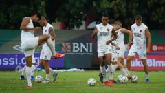 Indosport - PSM Makassar melakoni latihan resmi jelang melawan Bhayangkara FC pada Kratingdaeng Piala Indonesia di Stadion PTIK, Jumat (26/4/19).