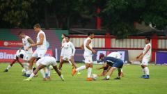 Indosport - PSM Makassar lakoni latihan resmi jelang melawan Bhayangkara FC pada Kratingdaeng Piala Indonesia di Stadion PTIK, Jumat (26/04/19).