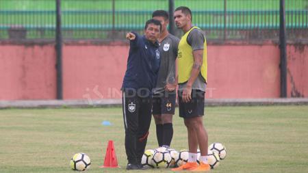 Pelatih PSIS Semarang, Jafri Sastra berbincang dengan Patrick Mota dalam latihan di Stadion Gemilang, Kabupaten Magelang. Ronald Seger Prabowo/INDOSPORT - INDOSPORT