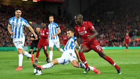 Sadi Mane (kanan) berusaha melewati hadangan para pemain Huddersfield di laga Liverpool vs Huddersfield, Sabtu (27/04/19). Michael Regan/Getty Images. - INDOSPORT