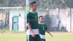 Indosport - Otavio Dutra masih harus menjalani masa pemulihan usai mengalami cedera hidung saat laga ujicoba melawan Persela Lamongan. Fitra Herdian/INDOSPORT.