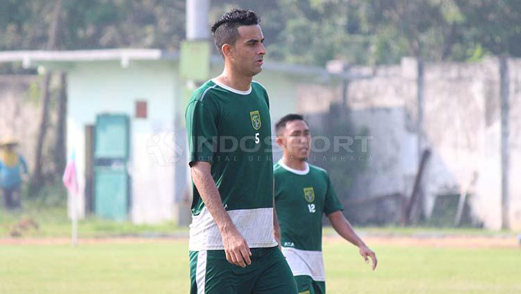 Otavio Dutra sudah terlihat ikut berlatih di Lapangan Jenggolo, Sidoarjo. Sabtu (27/4/19). Copyright: Fitra Herdian/INDOSPORT