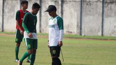 Indosport - Djadjang Nurdjaman memimpin latihan di Lapangan Jenggolo, Sidoarjo. Sabtu (27/4/19).