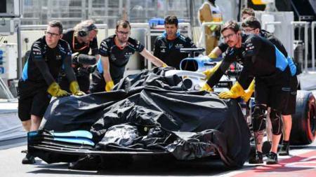 Sejumlah kru tim Williams saat mendorong mobil FW42 yang mengalami kerusakan di sesi latihan bebas FP1 GP Azerbaijan, Sirkuit Baku, Jumat (26/04/19) silam. - INDOSPORT