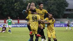 Indosport - Selebrasi pemain Bhayangkara FC usai memenangkan pertandingan atas PSM Makassar pada leg pertama babak delapan besar Piala Indonesia (27/4/19) di Stadion PTIK, Jakarta. Foto: Herry Ibrahim/INDOSPORT