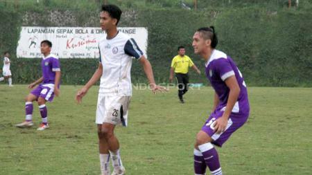 Pemain Persita saat dibayangi pemain Arema FC U20 dalam uji coba. Foto: Ian Setiawan/INDOSPORT - INDOSPORT