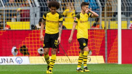 Axel Witsel dan Julian Weigl kecewa Borussia Dortmund Dikalahkan Schalke, Sabtu (27/04/19), TF-Images/Getty Images. - INDOSPORT