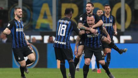 Skuat Inter merayakan gol yang dicetak Radja Nainggolan ke gawang Juventus dalam lanjutan pekan ke-34 Serie A Italia, Minggu (28/04/19) dini hari. - INDOSPORT