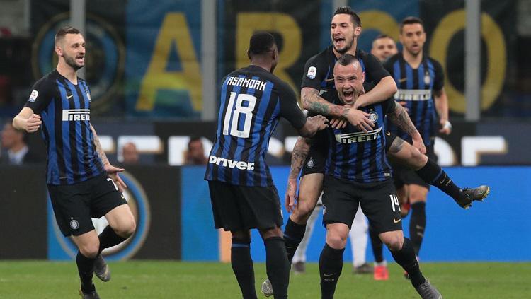 Skuat Inter merayakan gol yang dicetak Radja Nainggolan ke gawang Juventus dalam lanjutan pekan ke-34 Serie A Italia, Minggu (28/04/19) dini hari. Copyright: Emilio Andreoli/Getty Images.