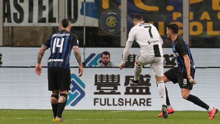 Cristiano Ronaldo (kedua dari kanan) mencetak gol ke gawang Inter Milan dalam laga pekan ke-34 Serie A Italia, Minggu (28/04/19) dini hari WIB. - INDOSPORT