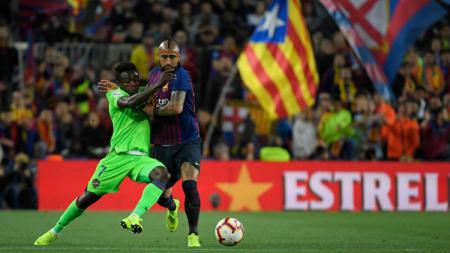 Pemain Barcelona, Vidal, sedang berebut bol dengan pemain Levante - INDOSPORT