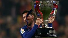 Indosport - Messi angkat trofi juara