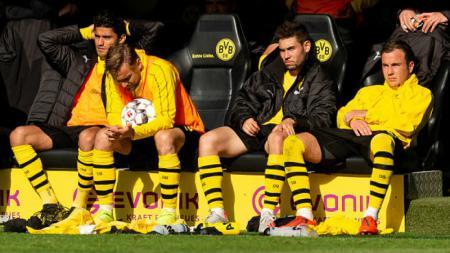 Mahmound Dahoud, Marcel Schmelzer dan Raphael Guerreiro tertuduk lesu melihat Dortmund kalah. Sabtu (27/04/19), TF-Images/Getty Images. - INDOSPORT
