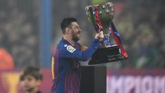 Indosport - Lionel Messi mengangkat trofi LaLiga 2018/19 yang berhasil dimenangkan Barcelona.