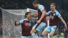 Indosport - Jeff Hendrick, Chris Wood, Ashley Barnes selebrasi gol Burnley ke gawang Chelsea, Senin (22/04/19).