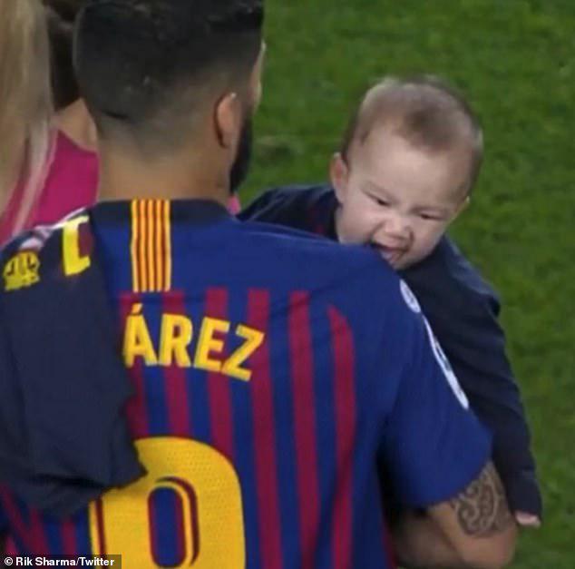 Lautaro Suarez Anak Luis Suarez Tertangkap kamera coba mengigit ayahnya Copyright: Twitter/Rik Sharma