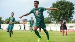 Indosport - Pemain Persebaya U-16 Muhammad Akrom berhasil mencetak 2 gol di laga perdana Pro Elite Academy melawan Persipura U-16, Minggu (28/4/19).