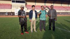 Indosport - Dari kiri ke kanan, Ketua Panpel Persipura, Jacobus Itaar, Wakil Koordinator tim verifikasi BOPI, Hero, Koordinator Tim Verifikasi BOPI, Agustinus Eko Rahardjo dan Fison Meraudje selaku LGC Panpel Persipura usai melakukan peninjauan di Stadion Mandala.