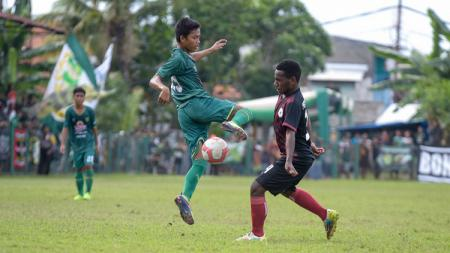 Pemain Persebaya U-16 berusaha melewati pemain Persipura U-16, pada laga perdana Pro Elite Academy. Minggu (28/4/19). Fitra Herdian/INDOSPORT. - INDOSPORT