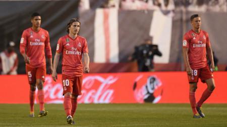 Sejumlah pemain Real Madrid tertunduk dalam laga kontra Rayo Vallecano - INDOSPORT