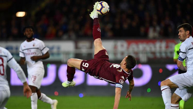 Striker Torino, Andrea Belotti, melepaskan tendangan akrobatik saat menghadapi AC Milan di pekan ke-34 Serie A Italia, Senin (28/04/19). Copyright: Valerio Pennicino/Getty Images.