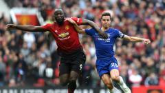 Indosport - Penyerang Manchester United, Romelo Lukaku berduel dengan bek Chelsea, Cesar Azpilicueta.