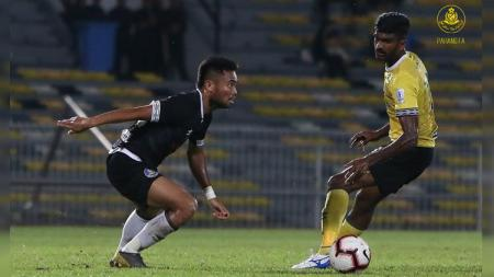 Saddil Ramdani (kiri) gagal membawa klubnya Pahang FA lolos ke partai final Piala FA Malaysia 2019. - INDOSPORT