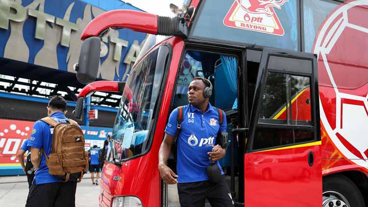 Pemain PTT Rayong Victor Igbonefo turun dari bus. Copyright: Facebook/PTTRY