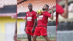 Indosport - Striker Persipura asal Brasil, Luis Carlos Pilar (kanan) saat berlatih bersama rekan senegaranya, Andre Ribeiro (kiri).