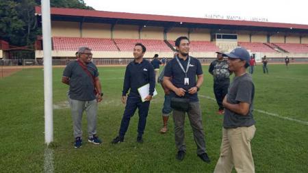 Competition Development Manager PT LIB, Amos Yulius saat mengecek kelayakan stadion Mandala Jayapura. - INDOSPORT
