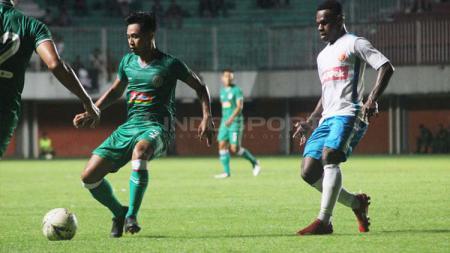 Bek PSS Sleman, Bagus Nirwanto (kiri) berusaha melindungi bola dari adangan pemain Perseru Badak Lampung, Melcior Majefat dalam uji coba di Stadion Maguwoharjo, akhir pekan kemarin. - INDOSPORT