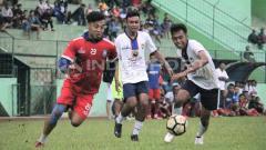 Indosport - Bek tengah Arema FC, Hamka Hamzah berusaha lepas dari kawalan dua pemain lawan.