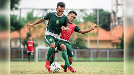 Irfan Jaya saat berlatih di Lapangan Gelora Samudera, Kuta, Bali. Senin (29/04/2019). Foto: Media Persebaya - INDOSPORT