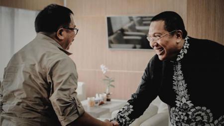 Walikota Balikpapan Rizal Effendi (kiri) bersamalan dengan pemilik baru Persiba Gede Widiade (kanan). - INDOSPORT