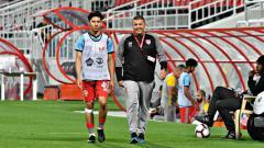 Indosport - Pemain berdarah Aceh yang berkiprah di Qatar Khuwailid Mustafa Ibrahim (kiri).