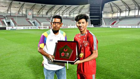 Sang ayah Mustafa Ibrahim Alkhor (kiri) dan pemain berdarah Aceh berkarier di Qatar Khuwailid Mustafa Ibrahim (kanan). - INDOSPORT