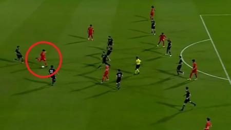 Pemain muda Indonesia di Qatar, Khuawilid Mustafa Ibrahim mencetak gol dari jarak jauh saat membela Al-Duhail U-19. - INDOSPORT