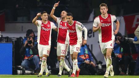 Hakim Ziyech (kedua dari kiri) berselebrasi usai mencetak gol ke gawang Real Madrid di perempat final Liga Champions 2018/19. - INDOSPORT
