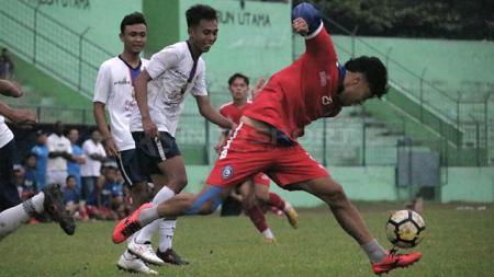 Hamka Hamzah rela jatuh bangun demi ikut menyumbang pesta gol Arema FC. - INDOSPORT
