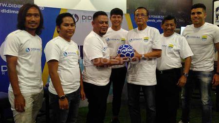 Manajemen PT PBB memperkenalkan Didimax sebagai sponsor Persib Bandung di 1933 Dapur & Kopi, Jalan Sulanjana, Kota Bandung, Selasa (30/4/19). Arif Rahman/INDOSPORT - INDOSPORT