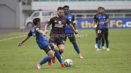 Marc Klok berusaha mengambil bola dari salah satu pemain Home United. Herry Ibrahim/INDOSPORT - INDOSPORT