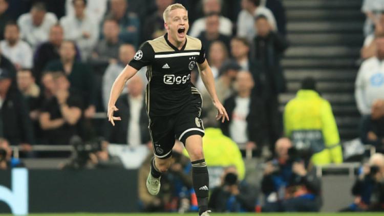 Selebrasi Donny van de Beek usai membawa Ajax unggul atas Tottenham, Rabu (01/05/19), Marc Atkins/Getty Images. Copyright: Marc Atkins/Getty Images