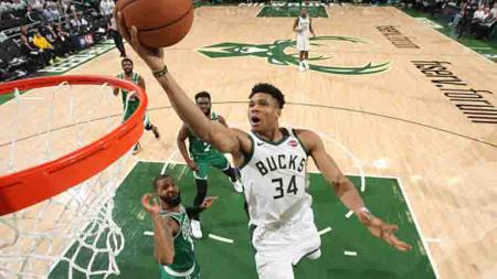 Giannis Antetokounmpo memasukan bola ke net Milwaukee Bucks. Gary Dineen/NBAE via Getty Images - INDOSPORT