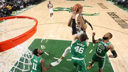 Situasi pertandingan laga Boston Celtics vs Milwaukee Bucks.  Gary Dineen/NBAE via Getty Images - INDOSPORT