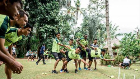 Pemain Persebaya menghabiskan TC dengan kegiatan outbond di Bali. - INDOSPORT
