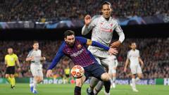 Indosport - Virgil van Dijk berusaha untuk menggagalkan aksi Lionel Messi pada leg 1 semifinal Liga Champions. Matthias Hangst/Getty Images