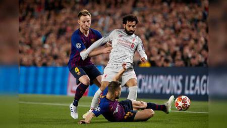 Jordi Alba dan Ivan Rakitic gagalkan aksi Mohamed Salah pada laga semifinal Liga Champions leg 1 di Camp Nou. Quality Sport Images/Getty Images - INDOSPORT