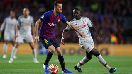 Sergio Busquets mengontrol bola dibayangi oleh Sadio Mane di leg pertama semifinal Liga Champions: Barcelona vs Liverpool, Kamis (02/05/19). - INDOSPORT